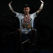 a doma na vozíčku s medailema
